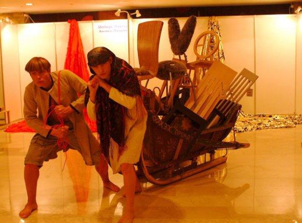 Перформанс с утварью, санями и стульями
