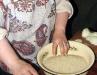 Шойра не только создает шелковые ткани и модели из них, но и мастерски готовит блюда национальной кухни