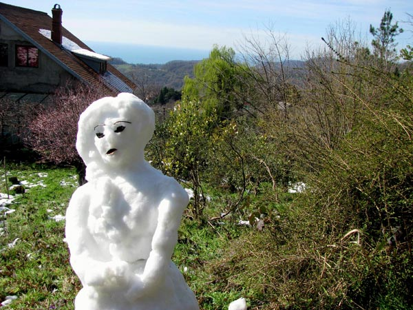 Март. Из последних горстей снега случайно получился почти автопортрет.