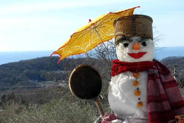 Снеговик с желтым зонтом